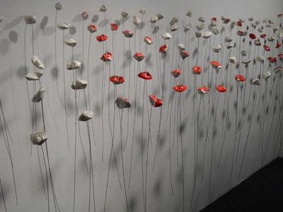 fleurs en porcelaine et tiges de métal, suspendues par un fil nylon ...